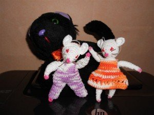 Petites souris vont voyager chat-noir-et-souris-blanches-300x225